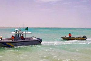 ينبع.. حرس الحدود ينقذ مواطنين تعطل قاربهما في عرض البحر