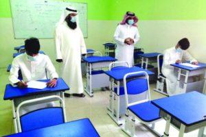 طلبة الشرقية يؤدون الاختبارات البديلة بـ«الكمامات» و«التباعد»